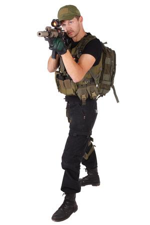 rifleman: fusilero con carabina M4 aislado en blanco