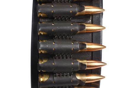 machine-gun: RPD-44 round ammunition box with machine-gun belt isolated Stockfoto