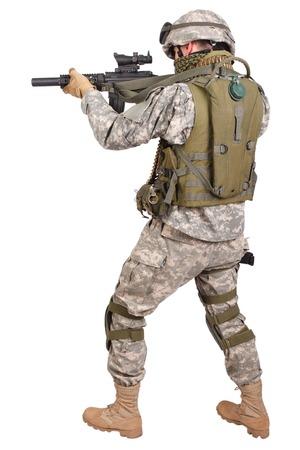 tanque de guerra: Soldado estadounidense con fusil en el fondo blanco Foto de archivo