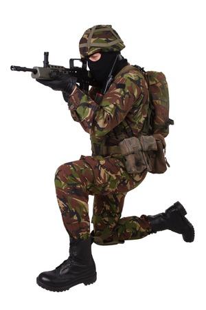 soldado: Soldado brit�nico del ej�rcito con el rifle de asalto aislado en blanco