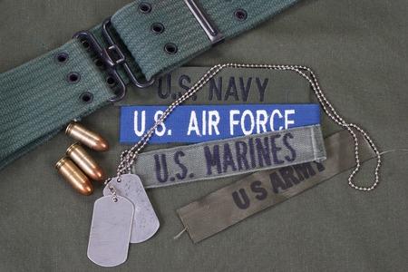 uniformes: Concepto militar estadounidense sobre fondo verde oliva uniforme
