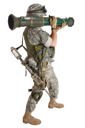 soldado: Soldado US ARMY con el lanzador de cohetes AT aislado en blanco