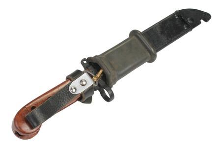 scheide: AK 47 Bajonett mit Scheide isoliert auf weiß