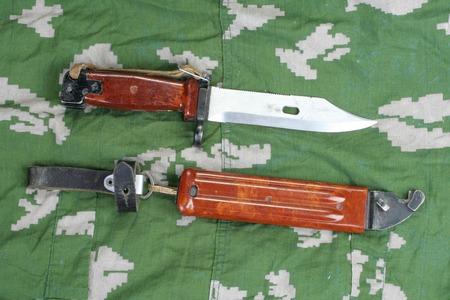 baionetta: presto a baionetta con sega fucile su mimetizzata sfondo uniforme