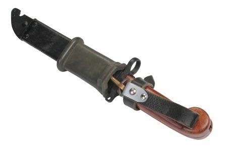 baionetta: AK 47 a baionetta e il fodero isolato su bianco