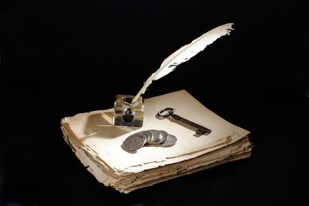 pluma de escribir antigua: Antiguo pluma con tintero sobre un fondo negro con textura