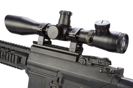fusil de sniper avec bipied et silencieux isolé sur fond blanc