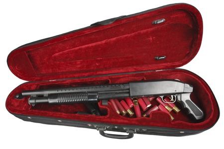 Sawn-off shotgun with cartridges in violin case Stockfoto
