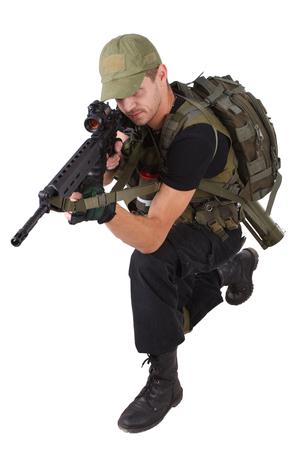 Entrepreneur militaire privé - carabinier avec fusil d'assaut isolé sur blanc