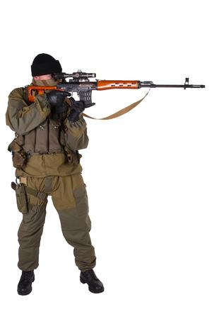 Sniper avec fusil de sniper SVD isolé sur fond blanc