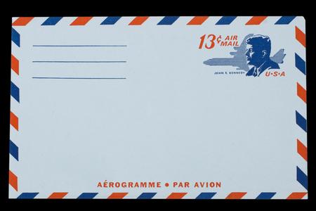 VEREINIGTE STAATEN VON AMERIKA - CIRCA 1968: Ein alter Umschlag für US Air Mail mit einem Porträt von John F. Kennedy