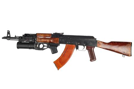 AK 47 con lanzagranadas bajo el cañón aislado en blanco
