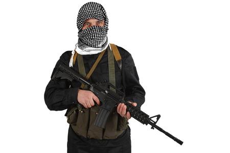 Aufständischer gekleidet in schwarzer Uniform und schwarz-weißem Shemagh mit m4-Sturmgewehr isoliert auf weiß