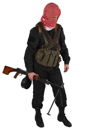 Soldat de l'armée rebelle en uniforme noir avec kufiya rouge tenant une mitrailleuse. Isolé sur blanc