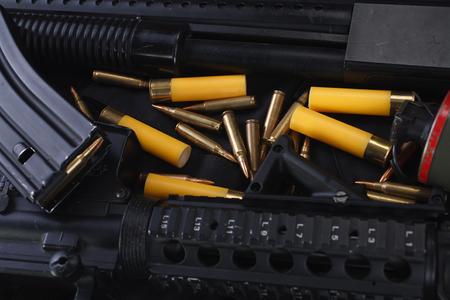 Spezialwaffen und taktische Teamausrüstung auf schwarzem einheitlichem Hintergrund Standard-Bild