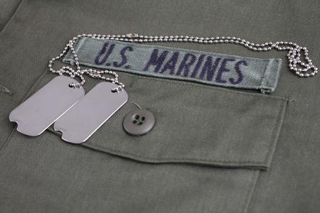 Bande US MARINES avec dog tags sur fond uniforme vert olive
