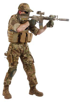 Contratista de empresa militar privada con rifle de asalto sobre fondo blanco.