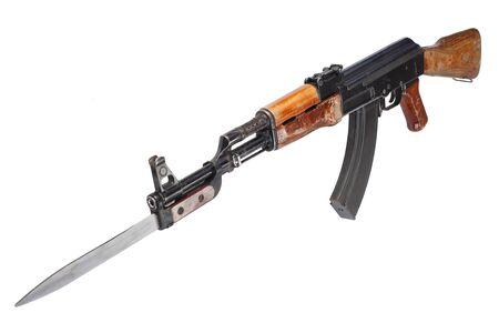Pierwszy model AK - 47 karabin szturmowy z bagnetem na białym tle Zdjęcie Seryjne