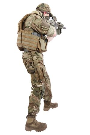 Entrepreneur de la compagnie militaire privée avec fusil d'assaut sur fond blanc Banque d'images