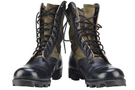 Nueva marca de botas de la selva del patrón del ejército estadounidense aislado sobre fondo blanco. Foto de archivo