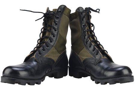 Nuovi stivali da giungla modello dell'esercito americano di marca isolati su sfondo bianco