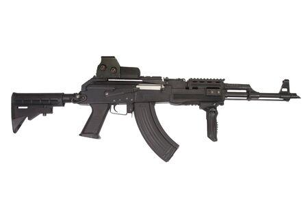 Accesorios modernos AK 47 sobre fondo blanco.