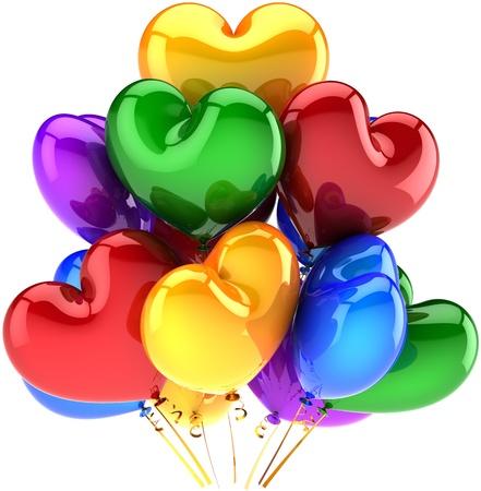 globos de cumplea�os: Coraz�n de globos de cumplea�os en forma de decoraci�n de fiesta multicolor rojo verde azul amarillo. Concepto de celebraci�n de amor rom�ntico matrimonio. Se trata de un procesamiento de imagen 3D CG detallado. Aislados en fondo blanco