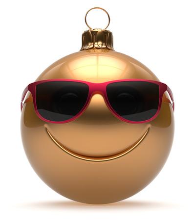 cara sonriente: Eva Cara sonriente bola de Navidad emoticon feliz de a�o nuevo de dibujos animados chucher�a linda decoraci�n de oro. Feliz Navidad cristales divertido juguete car�cter persona sonrisa risa alegre concepto recuerdo adorno. 3d