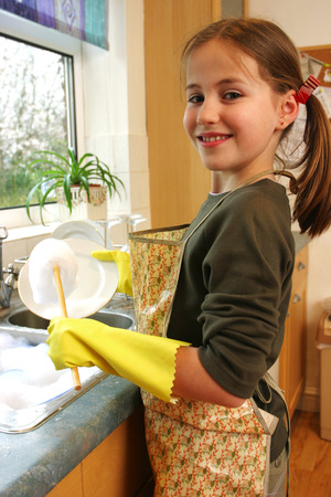wash dishes: Una niña de disfrazar como un ama de casa, lavar los platos