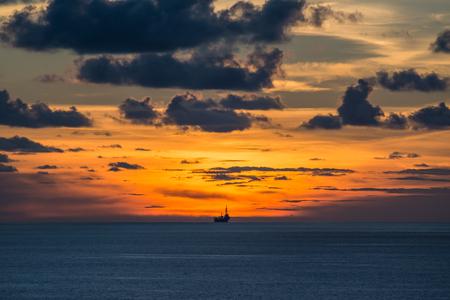 trabajador petroleros: Levantar plataforma petrolífera en el mar en el tiempo crepuscular Foto de archivo