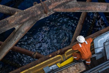 torres petroleras: Wokers en Jack encima de la pierna plataforma petrol�fera al comprobar todo en la operaci�n Mover plataforma
