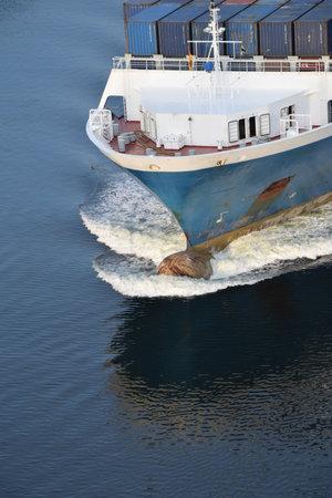 Containerschip op het kanaal