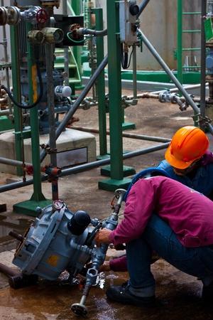 trabajador petroleros: los trabajadores est�n reparando la bomba Sundyne en planta petroqu�mica