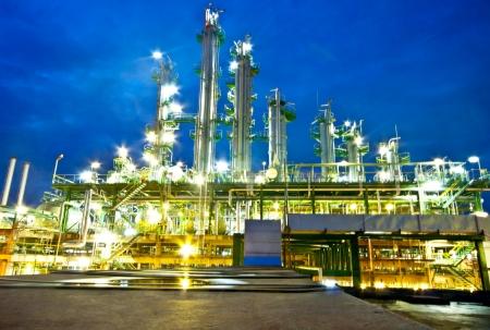 petrochemische fabriek in 's nachts
