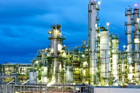 refiner�a de petr�leo: torre en planta petroqu�mica en la noche Foto de archivo