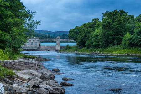 A rocky River Tummel and Pitlochry Dam at twilight on a summers evening in Pitlochry, Perthshire, Scotland Archivio Fotografico