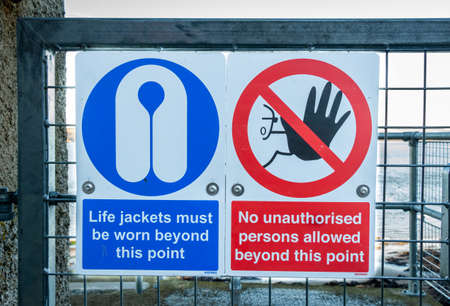 Blue life jackets must be worn beyond this point sign on a metal gate Standard-Bild