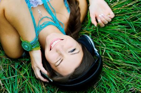 music therapy: Mujer joven escuchando m�sica