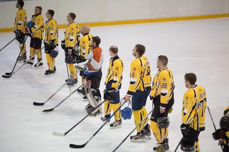 amateur: Moscú, Rusia - Noviembre 26, 2016, partido de hockey entre los equipos de aficionados Nueva Jersey 53 y PROHockey