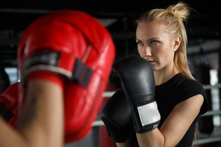 Jonge atleten trainen in het boksen in de sportschool