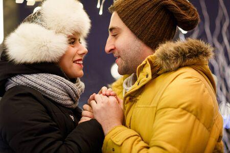 couple winter: Happy couple walking on winter