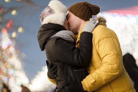 enamorados besandose: Lovers kissing outdoors on winter Foto de archivo