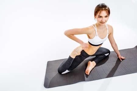 mujer deportista: Chica haciendo ejercicios en la estera