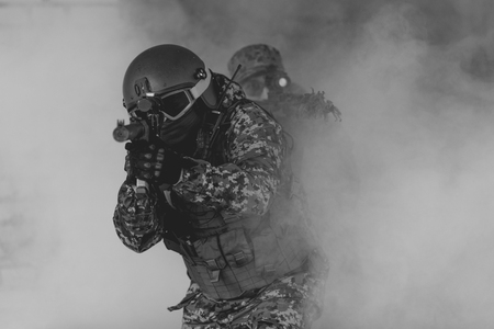 Hombres militares en camuflaje, pistolas