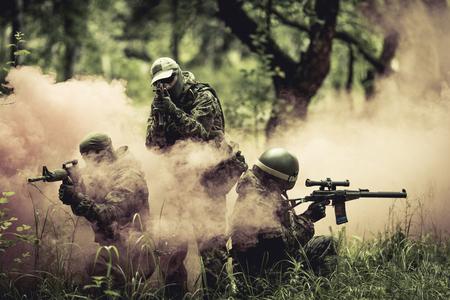 Oficiais em meio à fumaça na floresta