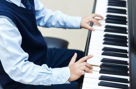 Kleiner Junge spielt Klavier, Nahaufnahme. Standard-Bild