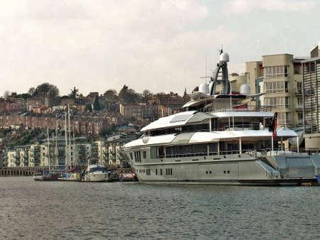 super yacht: Un Super Yacht ormeggiato alle banchine Bristol con Clifton Legno e Hotwells in background Editoriali