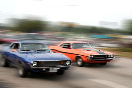 Red and Blue muscle car cruise in michigan Stok Fotoğraf - 1254587
