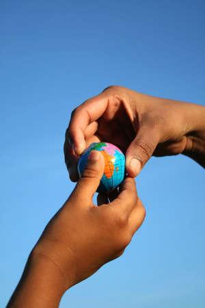 el mundo en tus manos: Tome mundo en sus manos para con fondo verde  Foto de archivo