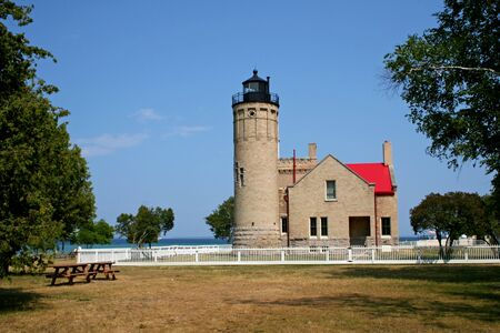 lake michigan lighthouse: Mackinac luz complejo casa con terreno de nuevo cielo